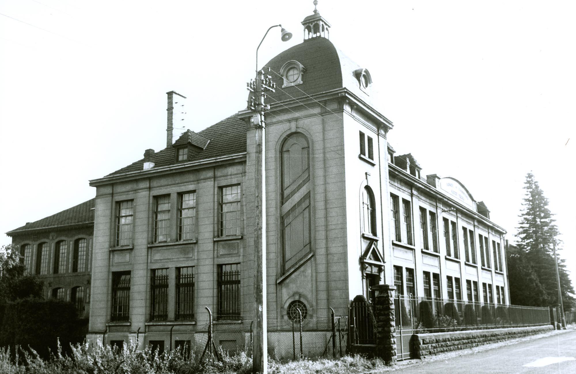 Le bâtiment central de la fabrique de chaussures avec la tour emblématique dans les années soixante.